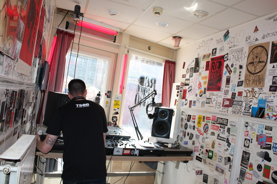 Handless DJ at Red Light Radio (photo: Tamara van der Laarse)